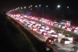 Tol Cipali hingga tol Jakarta-Cikampek padat merayap Minggu malam