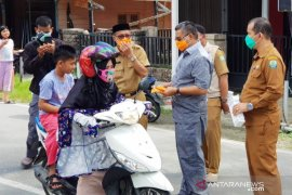 Cegah abu vulkanik, Gunung SInabung, Pemkab Simeulue Aceh bagikan 7.500 masker