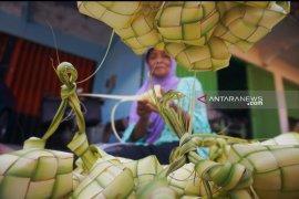 Penjual cangkang ketupat musiman raup untung berlipat