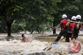 Lima tewas, ribuan orang terjebak hujan