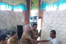 Dinkes Kotabaru membantu korban banjir