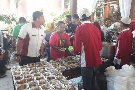 "Warga antre ketupat cokelat di ""Kampung Coklat"" Kabupaten Blitar (Video)"