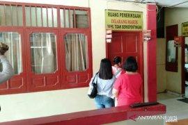 Sejumlah ibu rumah tangga korban penipuan datangi Polres Nias