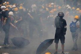 Para pengunjuk rasa Hong Kong bentrok dengan  polisi