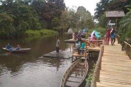 Pengunjung bisa jajal perahu di Lubuk Penyengat