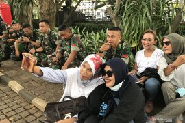 Masa simpatisan sengketa Pilpres swafoto bersama anggota TNI