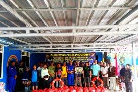 Polres Bangka Barat beri bantuan alat keselamatan nelayan