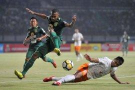 Kapten Persebaya Ruben Sanadi diragukan tampil lawan Madura United