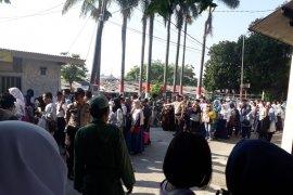 Sejumlah sekolah di Depok sediakan tenda untuk pendaftar