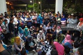 Ratusan wali murid bertahan di kantor Dispendik Surabaya hingga malam (Video)