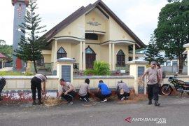 Polres Kepulauan Tanimbar bersihkan rumah ibadah sambut HUT Bhayangkara
