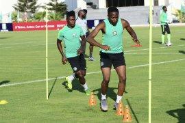 Pesepak bola Samuel Kalu sempat ambruk karena dehidrasi