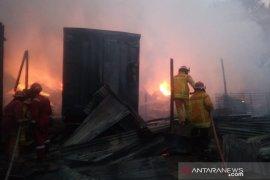 Lapak rongsokan di perbatasan Bogor - Depok terbakar