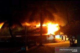 Belasan kios Pasar Inpres Bengkayang ludes terbakar