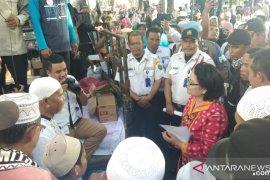 Kakek-nenek unjuk rasa di depan gedung DPRD Sumut