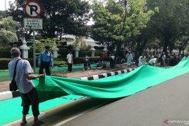 Massa aksi shalat berjamaah di Medan Merdeka Barat