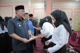 Wali Kota Cirebon serahkan SK pengangkatan CPNS bagi bidan dan dokter