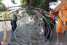 Polisi pasang beton dan kawat duri jelang penetapan capres-cawapres