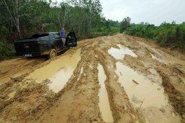 Jalan Rusak di Pedalaman Kalbar