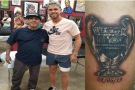 Kapten Liverpool Henderson abadikan trofi Liga Champions di paha kiri