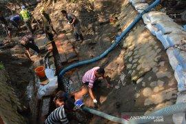 Ekskavasi saluran air kuno di Jombang