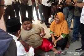 Wabup Karawang bujuk bocah obesitas agar mau diperiksa di RSUD