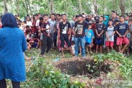 Ditemukan mayat membusuk di sumur areal perkebunan karet di Asahan