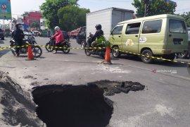 PDAM Tirtanadi butuh waktu 3 hari perbaiki aspal amblas di Jalan Perintis Kemerdekaan