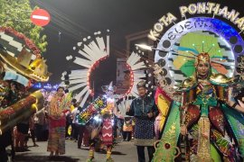 Kostum Tugu Khatulistiwa meriahkan pawai budaya nusantara Apeksi di Semarang