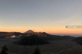 Jalur pendakian Gunung Semeru ditutup karena Hari Raya Karo