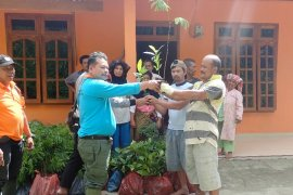 BBKSDA Sumut - Yayasan Scorpion Indonesia bantu bibit tanaman ke masyarakat