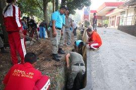 Satpol PP Kota Bogor tertibkan PKL Jalan Semeru secara bertahap