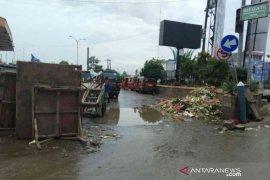 Bupati Bekasi perintahkan camat dan lurah laporkan pembuang sampah ke polisi