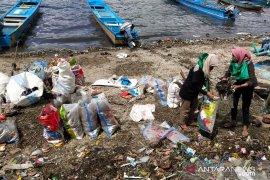 Muda-mudi Banda bersihkan sampah di pantai pulau Neira