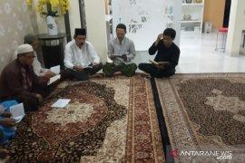 Keluarga melaksanakan tahlilan di rumah duka Sutopo