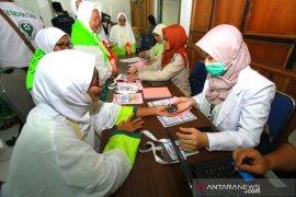 Jamaah Calon Haji Melakukan Pemeriksaan Kesehatan