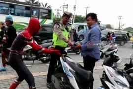 """""""Spiderman"""" ini ditilang polisi karena tak pakai helm"""