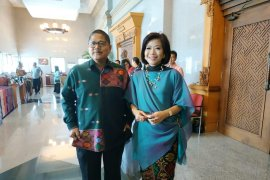 Para istri perbankan peragakan  produk UMKM Bali