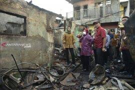 Risma bantu renovasi rumah warga terbakar di Margorukun