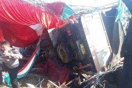Mobil truk bermuatan semen tabrak tenda pesta pernikahan