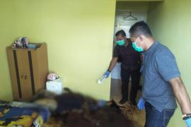 Polsek Singkawang olah TKP penemuan mayat perempuan di kamar indekos