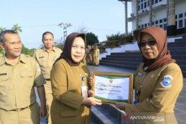 Pemkot Pangkalpinang berikan penghargaan Adiwiyata kepada dua SD negeri