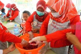 Unair bantu ibu-ibu di Banyuwangi olah limbah buah naga jadi dodol