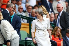Theresa May berjoget menjelang akhir jabatan