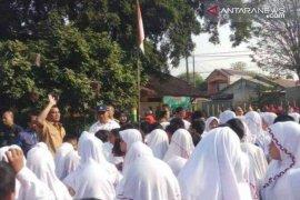 Mendikbud kunjungi beberapa SD di Bekasi pada hari kedua masuk sekolah