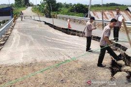 Oprit Jembatan Sungai Tabirai ambles warga diminta berhati-hati