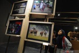 Pameran foto dan lukisan