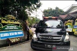 Jenazah Arswendo Atmowiloto diberangkatkan ke Bintaro untuk misa requiem