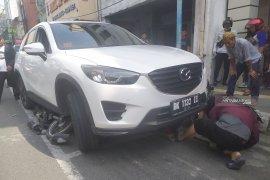 Mazda seruduk lima motor di lampu merah, dua pengendara terlindas