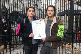 Kisah YouTuber kembar Inggris tinggalkan jutaan dolar demi aksi iklim